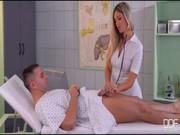 Y tá thủ dâm cho bệnh nhân