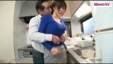 Bố chồng sàm sỡ con dâu trong bếp