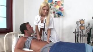 Fuck lồn em y tá tóc vàng