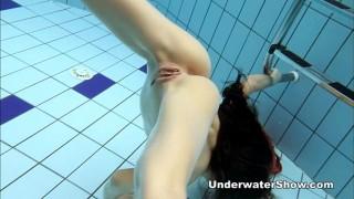 Clip hoa hậu ở truồng bơi lội khoe bướm