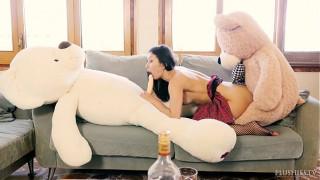 Gái xinh sex thú với gấu bông misa