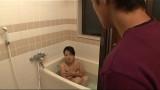 Con trai rình trộm mẹ tắm, chịu không nỗi