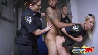 Nữ cảnh sát bắt cướp và tra tấn cặc
