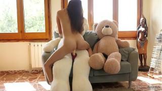 Nứng lồn, thủ dâm với gấu bông