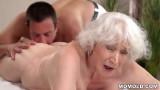 Bà già đi masa được trai trẻ phục vụ chu đáo