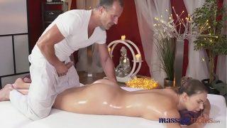 Quý bà đi massage sướng bị anh nhân viên địt tung lồn