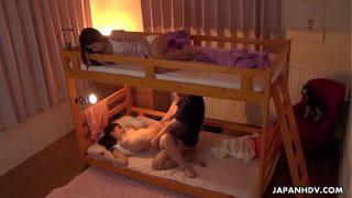 Phim sex giường tầng địt 2 chị em vlxx