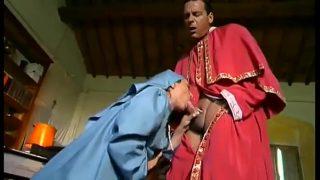 Gái nhà thờ dâm dục quấy rối đức cha